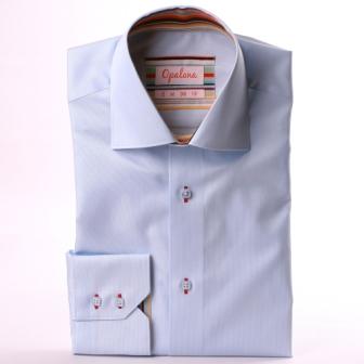Chemise bleu clair à col et poignets à rayures multicolores