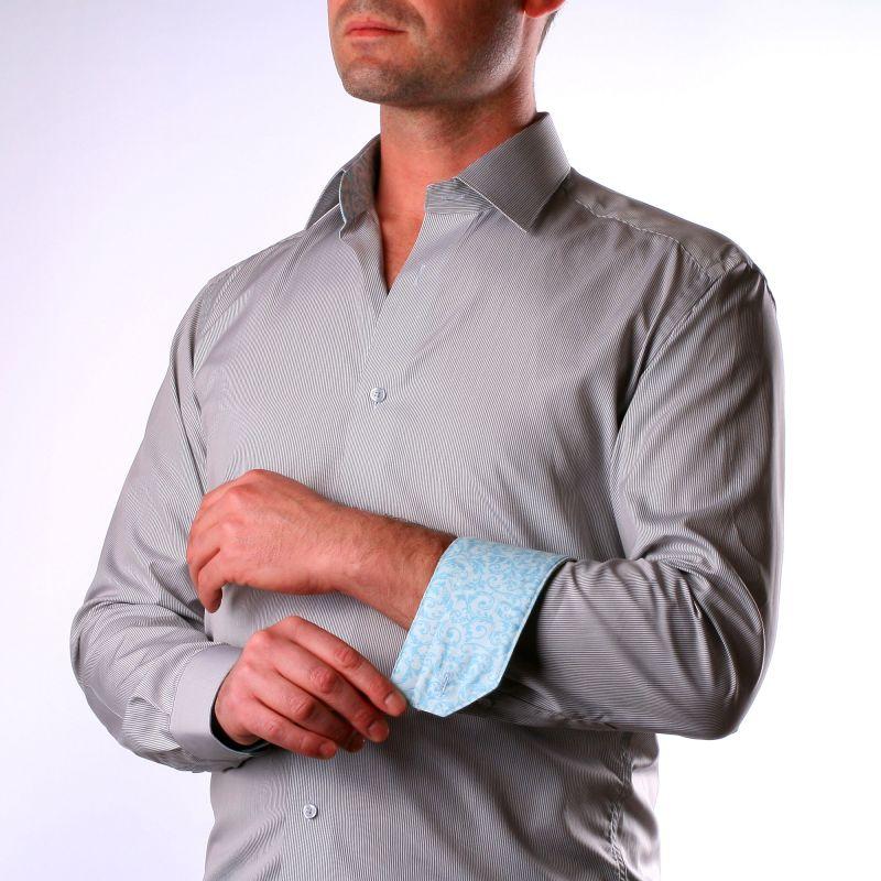 Chemise à fines rayures grises, col et poignets à motifs bleu clair