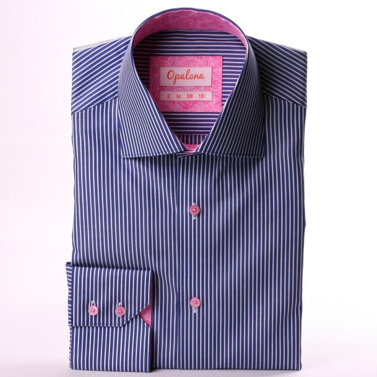 Chemise bleu foncé à rayures blanches, col et poignets à motifs roses