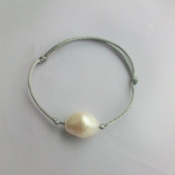 Bracelet perle d'eau douce sur lien satin