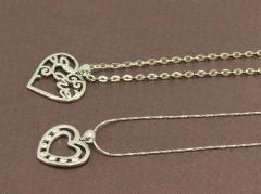 Ensemble de 2 colliers pendentifs métal argenté