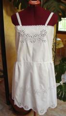 Adorable robe festonnée brodée à la main de