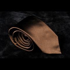 Cravate en 100 % soie. Fabriquée en Italie.