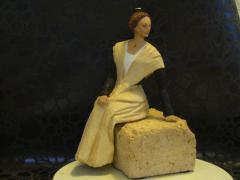 Sculpture arlésienne assise