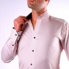 Chemise blanche à carreaux rouges, col et poignets bleu marine